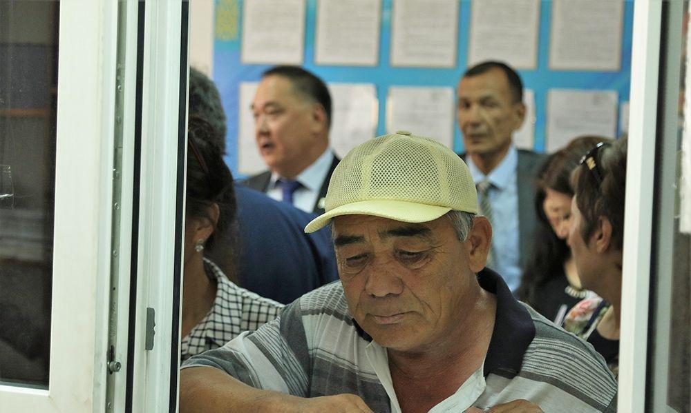 Депутаты в очередях, фото-1