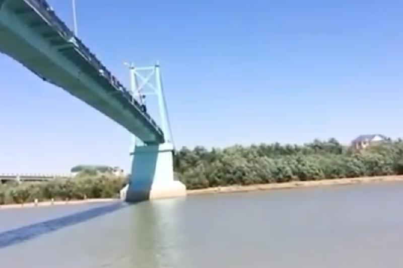 Ради видео молодой человек спрыгнул с моста в Атырау, фото-1