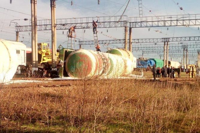 Работы на месте схода 8 цистерн с дизтопливом продолжаются в Акмолинской области