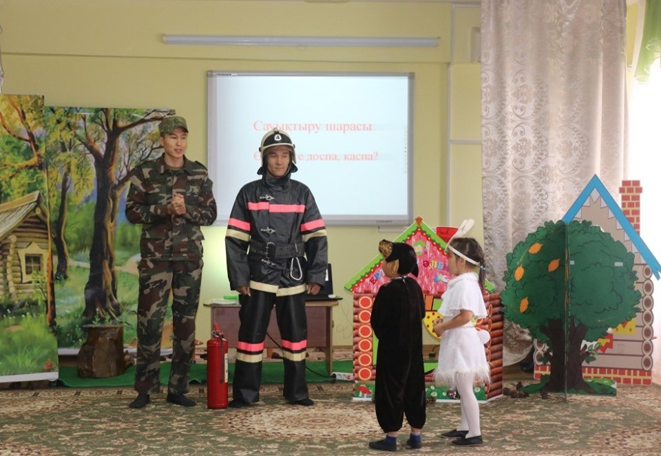 Огнеборцы обучали малышей в Атырау, что делать при пожаре, фото-3