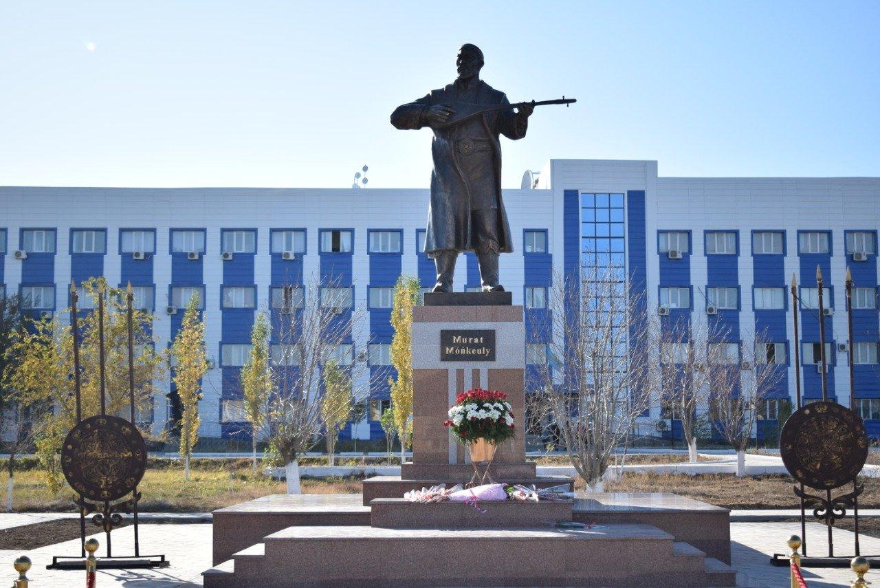 В Атырауской области были установлены памятники Мурату Монкеулы и Табылды Досымову, фото-2