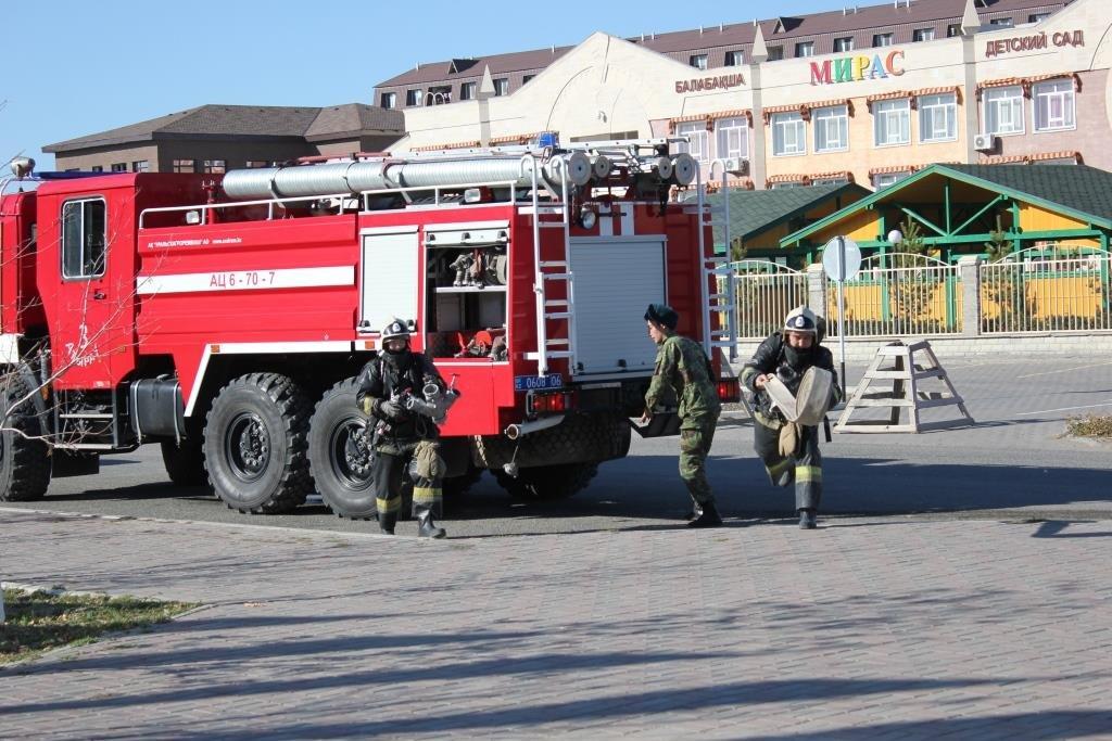 Пожарные Атырау провели учения в НИШ (фото), фото-8