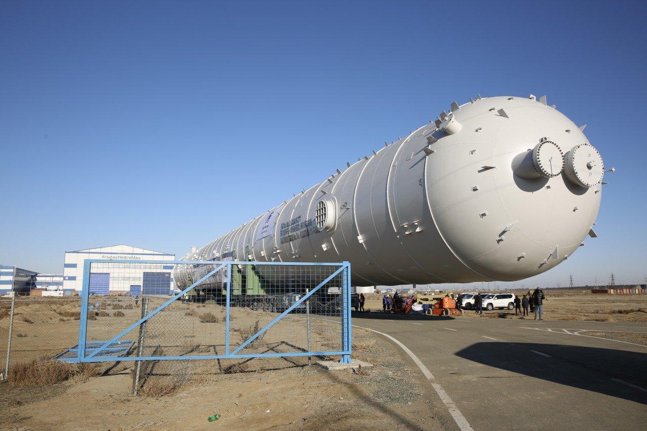 В Атырауской области стометровую колонну повезли на газохимический завод (фото), фото-1