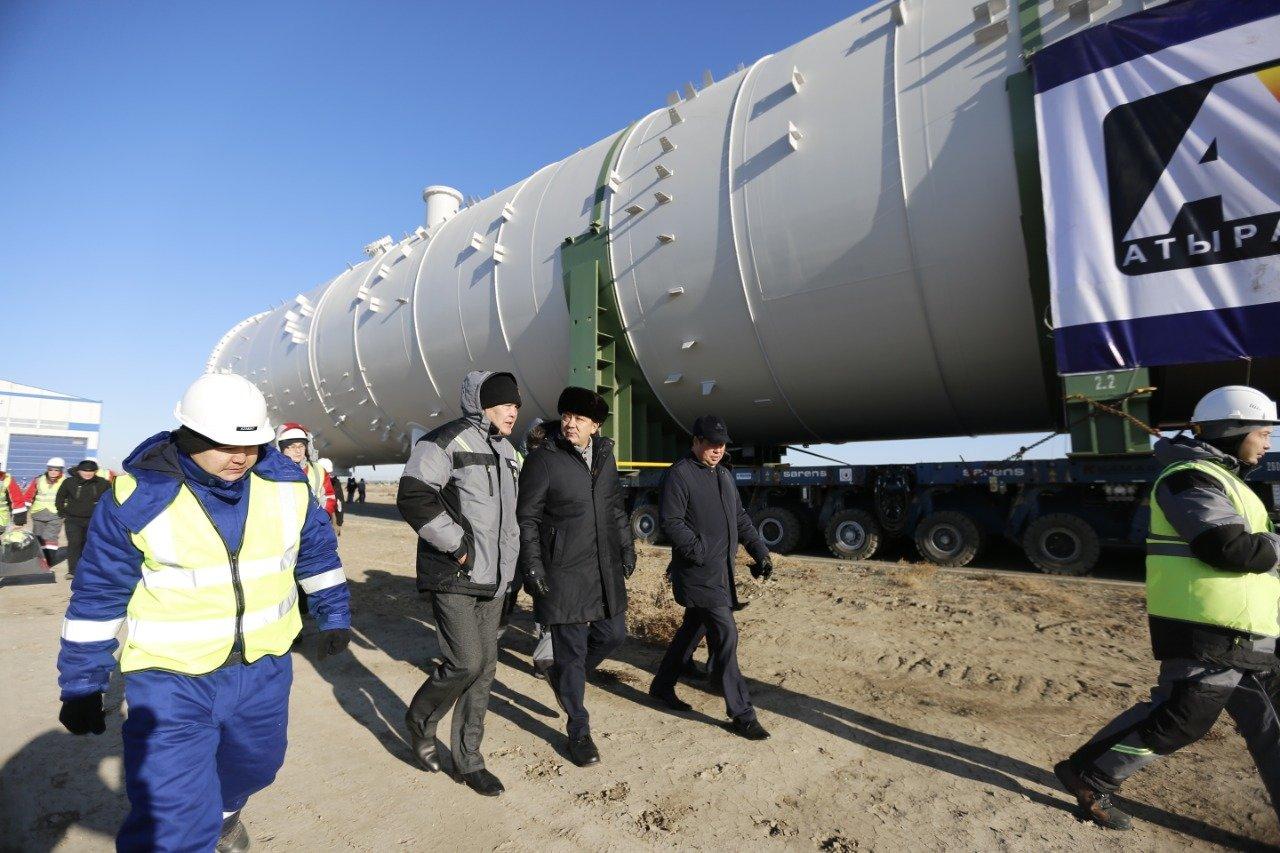 В Атырауской области стометровую колонну повезли на газохимический завод (фото), фото-2