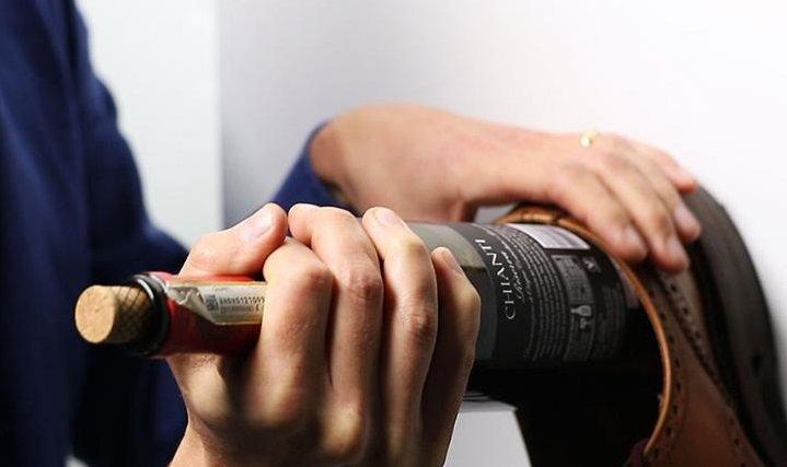 Новогодние советы: как открыть бутылку вина без штопора, фото-2