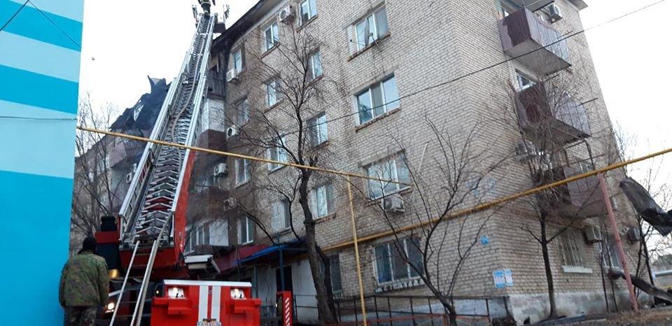 Пожар в пятиэтажном доме обозначил ряд проблем – аким Атырау, фото-1, @facebook.com/Қайрат Оразбаев