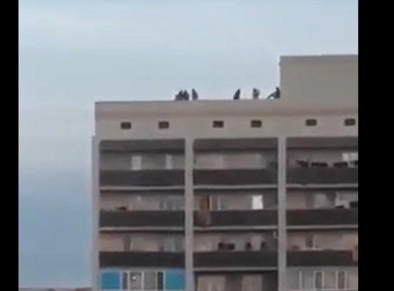 Из-за гулявших на крыше детей проверяют кровли многоэтажек в Атырау, фото-1, @inform.kz