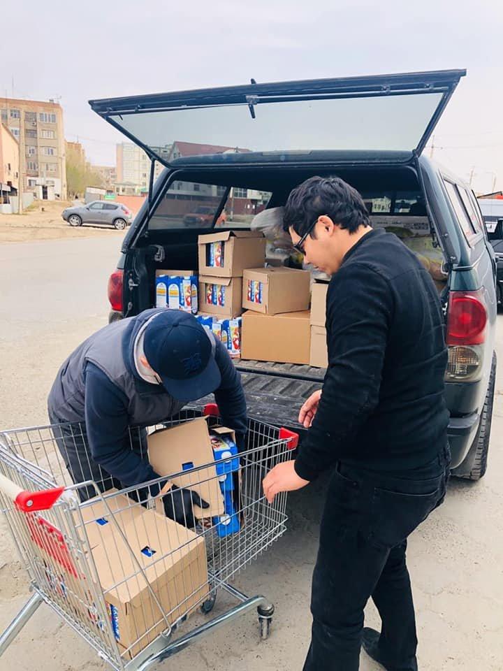 Волонтеры доставили продуктовые корзины более 160 семьям, РСК Атырауской области