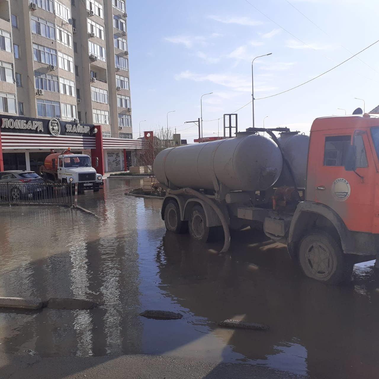 Из-за аварии на водопроводе в Атырау затопило двор в микрорайоне Алмагуль, фото-1