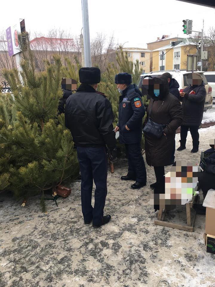 Полицейские проводят профилактические беседы, Департамент полиции Атырау/Facebook